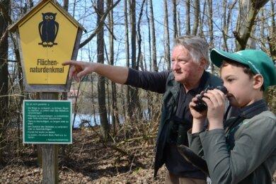 """Ein Naturschutz-Profi und ein Junior: Michael und Thoralf Thoß (rechts) werben für das Programm """"Junge Naturwächter""""."""