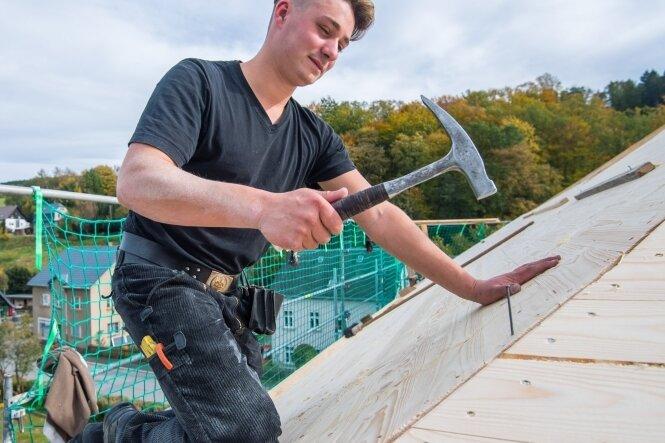 Künftiges Dorfgemeinschaftshaus in Gornsdorf bekommt neues Dach