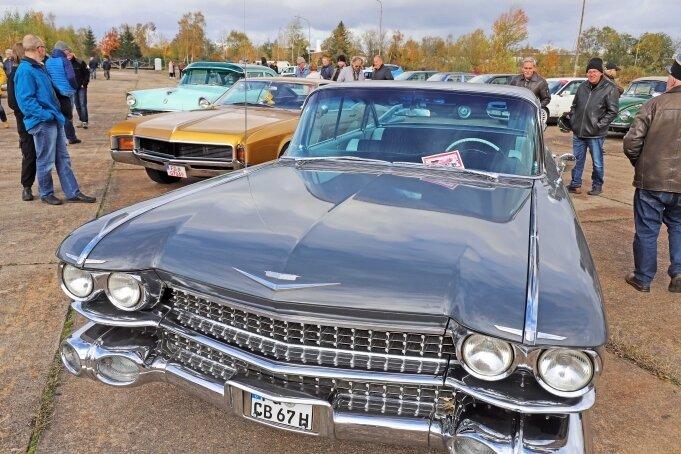 Ein echtes Straßenschiff: Ein US-amerikanischer Cadillac zog die Aufmerksamkeit vieler Besucher beim 2. Freiberger Oldtimertreffen auf sich.