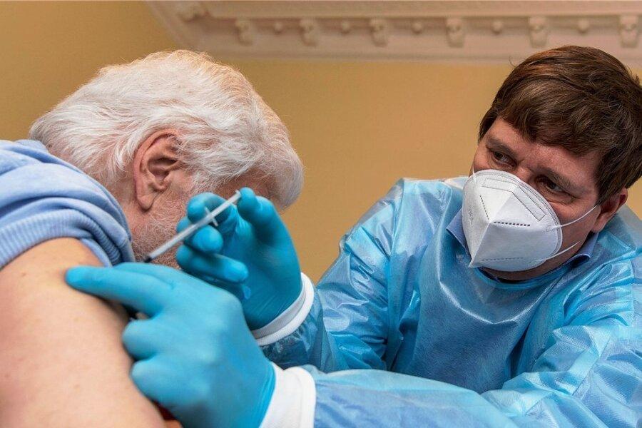 Der Rochlitzer Allgemeinmediziner Dr. Martin Grzelkowski hat bereits in Pflegeheimen deren Bewohner geimpft. Er drängt nun darauf, dass mehr Hausärzte in die Covid-19-Impfstrategie einbezogen werden.