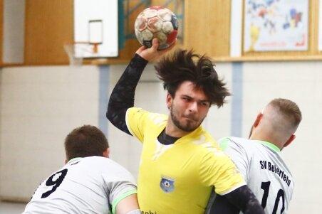 Dreifach-Torschütze Benjamin Päßler vom HCAB wird von den Beierfeldern Götz Pirtkien (l.) und Yannik Fischer in die Zange genommen. Je vier Treffer erzielten Massimo Hertel, Max Lötsch und Marcus Schierig.