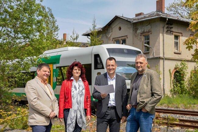 Die Bahn rauscht am Bahnhof Eich vorbei - auch beim Ortstermin mit Veit Bursian, Andrea Jedzig, Torsten Herbst und Torsten Forner (v.l.).