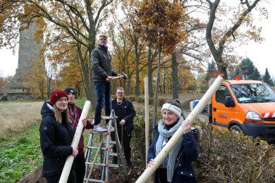 Schüler des Georgius-Agricola-Gymnasium Glauchau pflanzen Stieleichen am Bismarckturm.
