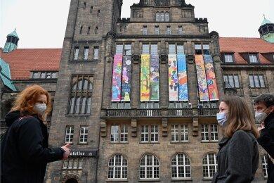 Seit mehreren Tagen ist der Neumarkt mit den sieben Meter hohen Friedensbannern von Chemnitzer Schülerinnen und Schülern geschmückt. Es gibt bereits insgesamt 188 davon. Allein 23 kamen in diesem Jahr hinzu.