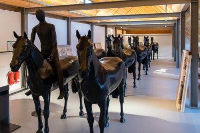 Im Dachgeschoss der sanierten Rochlitzer Stadtbibliothek stehen bereits die Pferde. Bei einem Arbeitseinsatz haben Mitglieder des Fürstenzug-Vereins die Sockel für die Pferde gestrichen.