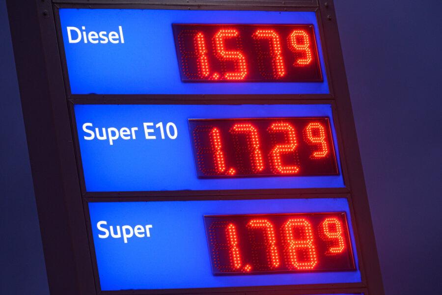 Spritpreise fast auf Allzeithoch: Wie können Autofahrer noch sparen?
