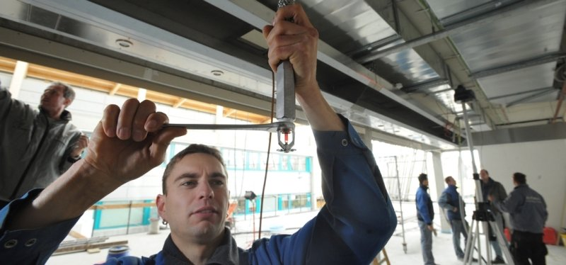 """<p class=""""artikelinhalt"""">René Fühmann baut eine Sprinkleranlage in einer neuen Halle der Komsa in Hartmannsdorf ein.</p>"""