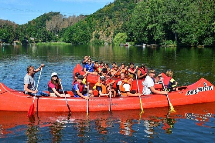 Die vom Abenteuercamp in Lauenhain angebotenen Kanutouren sind sehr gefragt. Wer am Wochenende im Boot liegen will, muss sich online anmelden.