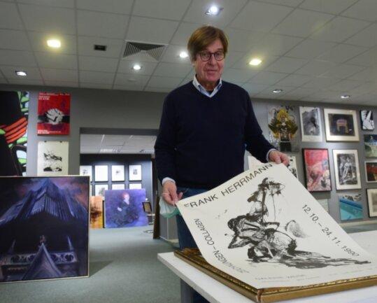 Im Oktober 1990 hatte Bernd Weise zum ersten Mal in seine Galerie eingeladen. Der Künstler Frank Herrmann war ein Schulfreund von ihm. Das Plakat von damals wurde zum Jubiläum erneut hervorgeholt.