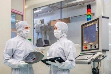 Die Wafer werden weltweit zu Halbleiterbauelementen verarbeitet, die in Tablets, Smartphones oder auch im Auto zu finden sind.