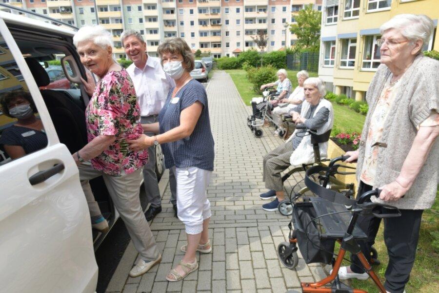 """Bewohnerinnen des Seniorenheims """"Johanna Rau"""" in Freiberg gingen am Donnerstag mit Rainer Bruha auf Nachmittagsausfahrt. Mit dabei war auch Betreuerin Beate Grohmann."""
