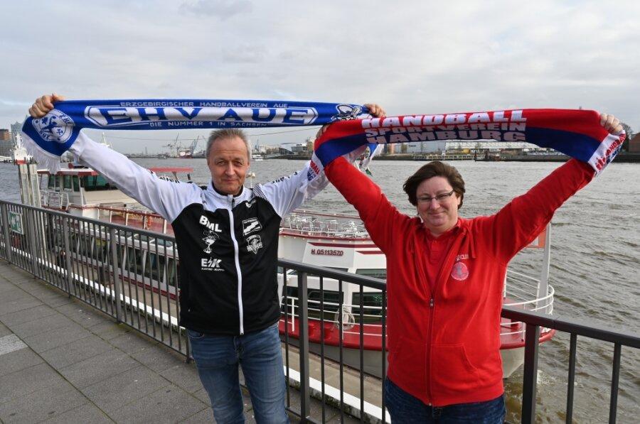 Letztes Jahr standen sie noch gemeinsam im Bereich der Landungsbrücken in Hamburg, Jörg Meinhardt, der Fanbeauftragte des EHV Aue (li.) und Bianca Burwieck, die 2. Vorsitzende des HSV-Fanclub Störtebeker.