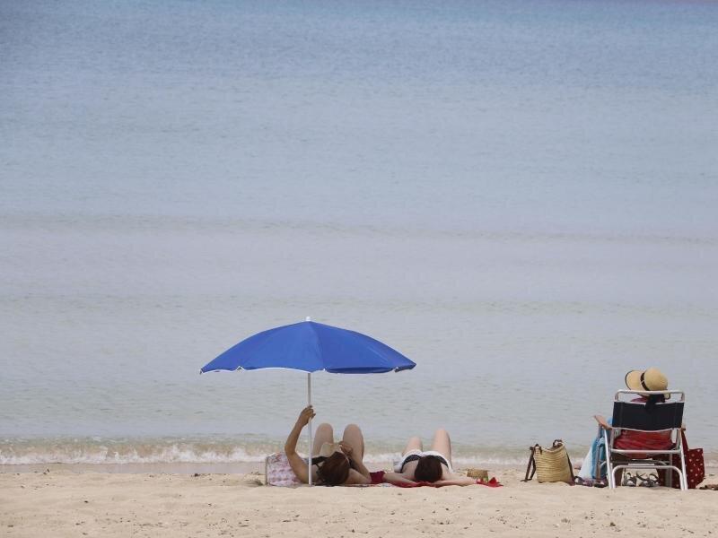Menschen sonnen sich am Strand von Arenal auf Mallorca. Bislang dürfen aber noch keine ausländischenTouristen nach Spanien.