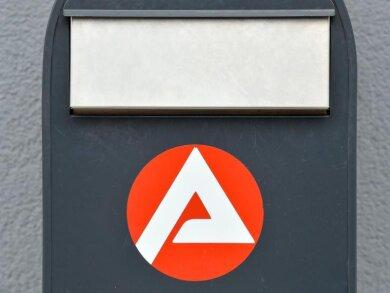 Das Logo der Agentur für Arbeit an einem Briefkasten.