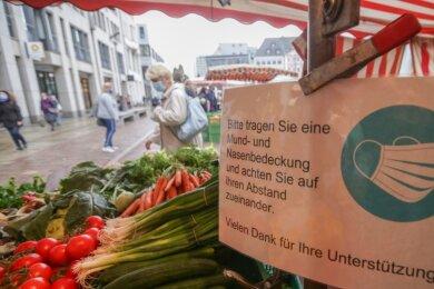 Seit Freitag hat der Wochenmarkt vor dem Rathaus wieder wie gewohnt geöffnet. Die Verkaufsstände wurden noch weiter auseinander gerückt als bisher. Neue Schilder weisen die Kunden auf die Einhaltung der Maskenpflicht und von Abstand zueinander hin.