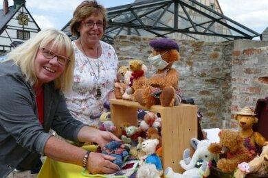 Wie ihre Teddybären entstehen, wollen Ilona Kästner (l.) und Christine Morgenstern in der Marienberger Baldauf-Villa zeigen.