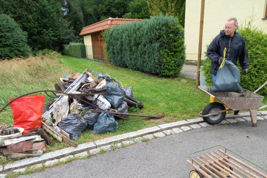 """Bei einer Müllsammel-Aktion im September waren im ganzen Landkreis Menschen unterwegs. Hinter der """"Stanze"""" nahe der B 173 in Oederan war es besonders viel. Jürgen Siegert und Mitstreiter von der Ortsgruppe der Linken fanden um die fünf Kubikmeter, darunter auch Bauschutt."""