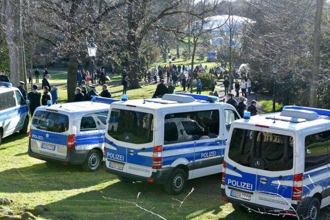 Mehrere Hundert Menschen sind wie in den Vorwochen auch am Montagabend in den Freiberger Albertpark gekommen.