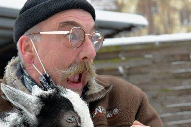 """Da ist Tierparkleiter Peter Heinrich glatt von dem am 1. Januar geborenen Zwergziegenböcklein gebissen worden. """"Und das Zicklein, das hat Zähne"""", sagte er schmunzelnd nach dem ersten Schreck."""