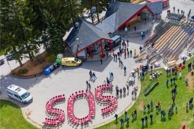 """Zehn Monate ist es her, dass erzgebirgische Gastronomen und Hoteliers in Oberwiesenthal mit der Aktion """"Leere Stühle"""" in Oberwiesenthal ein Zeichen setzten. Sie machten auf ihre prekäre Lage aufmerksam. An der Freilichtbühne standen knapp 1000 leere Stühle."""