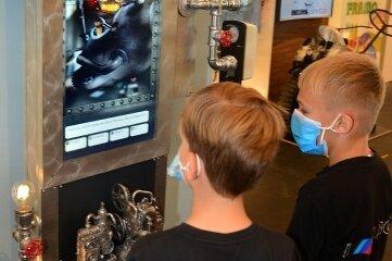 Das Maskottchen Friedhelm führt Kinder durch das Museum.