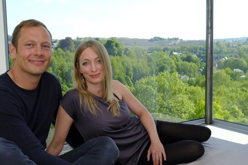 Wachen bald jeden Tag mit diesem Ausblick auf: Bianca Böttcher und Christoph Zöbisch im Schlafzimmer ihres neuen Zuhauses - die Aussicht aus dem Panoramafenster ist atemberaubend.