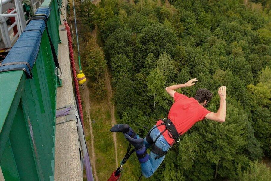 Im freien Fall - Reporter Jonathan Rebmann wagt den Sprung von einer Brücke im tschechischen Komotau. Seine Beine sind mit einem Gummiseil am Geländer befestigt. Die Brücke ist 62 Meter hoch. Das Gefühl beim Sprung: wie im Rausch.
