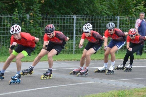 Im Sommer trainieren die Mylauer Eisschnellläufer auf ihrer Rollbahn. Wann sie im Winter in Chemnitz aufs Eis können, ist ungewiss.