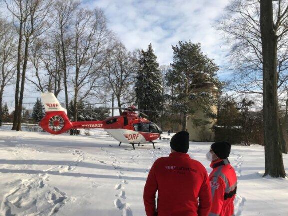 Bei der Landung musste der Hubschrauberpilot Maßarbeit verrichten, denn viel Platz gibt es nicht auf dem Gelände vor der Camera obscura in Hainichen.