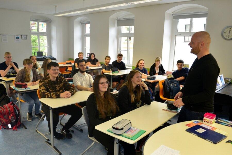 Sebastian Löps unterrichtet eine neunte Klasse der Friedrich-Gottlob-Keller-Oberschule Hainichen.