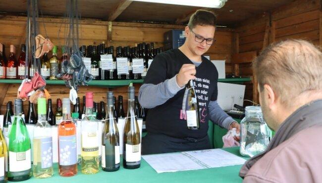 Bei Paul Stephan am Stand am Wald-Stadion gab es alle Weinsorten, die zur Weinwanderung in Schönheide im Angebot waren.