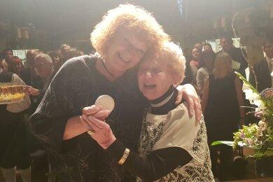 Riesenfreude bei Margitta Schier (links) und Ruth Müller-Landauer.