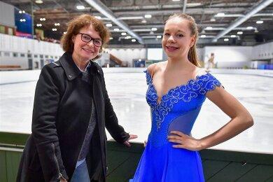 Anett Pötzsch mit Lea Johanna Dastich, die sie als Trainerin betreut, während eines Wettkampfes in Chemnitz 2018.