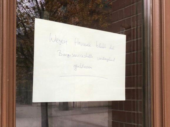 """Auf einem von innen an die Scheibe der Eingangstür geklebten Blatt Papier wurden Besucher informiert, dass die Bürgerservicestelle an der Sachsenallee """"wegen Havarie vorübergehend geschlossen"""" bleibt."""