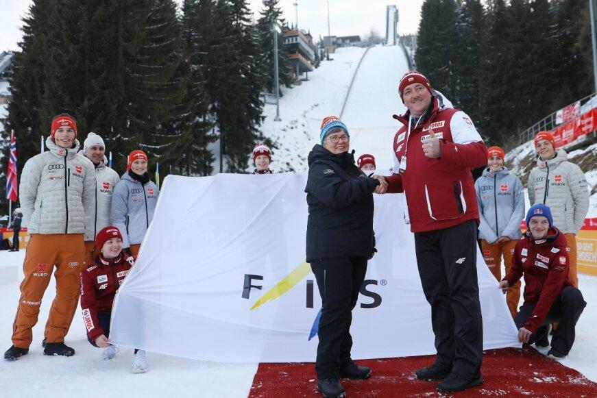Im März übergab Heike Smolinski, die Präsidentin des WSC Erzgebirge Oberwiesenthal, eine Fis-Fahne an ihren Kollegen Jaroslaw Konior aus dem polnischen Zakopane. Dort sollte im Februar 2021 die nächste Juniorenweltmeisterschaft stattfinden. Doch das Organisationskomitee hat sie zurückgegeben - und Oberwiesenthal steht als Ausweichort nicht zur Verfügung.