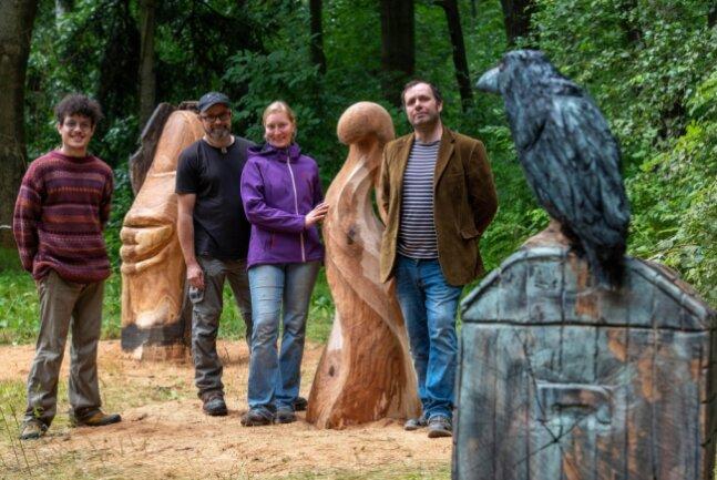 Daniel Adrian Venegas La Reta, der Künstlerische Leiter Enrico Kletke, Daniela Schwarz und Silvio Ukat (v.l.) präsentieren die fertigen Holzskulpturen.