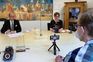 Bürgermeister Lothar Ungerer und Moderatorin Katja Eidam bei der Online-Sprechstunde am Dienstag im Neuen Rathaus.
