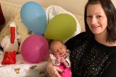 Tina Ritzkowski mit ihrer Lara. Das Mädchen wurde am letzten Tag des alten Jahres geboren.