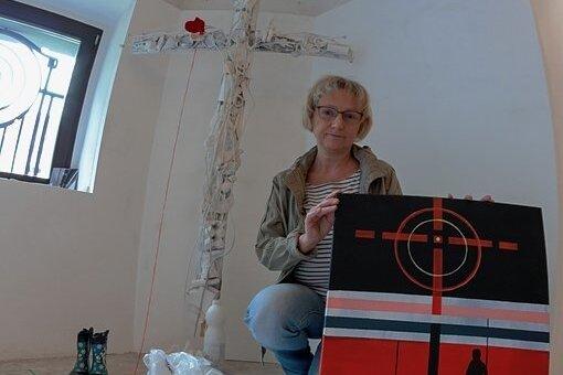 """Sabine Sachs gestaltete acht Kunstwerke für das Projekt """"Ortsgespräche"""" mit dem Ausstellungstitel """"Im tiefsten Wald""""."""
