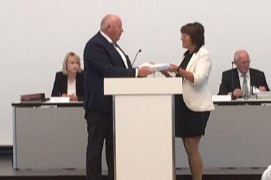 CDU-Fraktionschef Thomas Beierlein übergibt die Unterschriften an Oberbürgermeisterin Pia Findeiß.