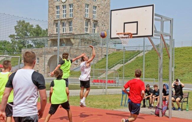 Beim 3x3-Basketballturnier im Rahmen der Zwickiade ging es am Samstag im Westsachsenstadion ordentlich zur Sache.