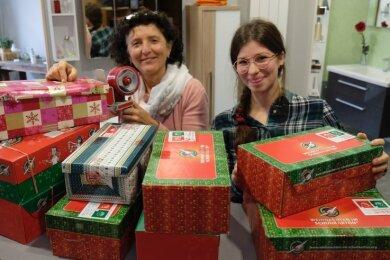 Tolle Hilfe für die langjährige Helferin: Ute Stier von der Schuhkarton-Annahmestelle an der Reichenbacher Bahnhofstraße wird dieses Jahr von Debora Ionescu aus Rumänien unterstützt.