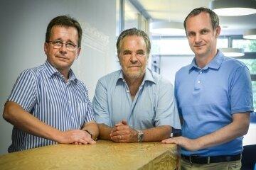 Am Telefon: Reiserechtler Bertram Petzoldt (l.), Prof. Ronald Schmid von Fairplane und Michael Hummel von der Verbraucherzentrale Sachsen.