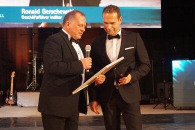 Zwickaus IHK-Präsident Jens Hertig überreichte Ronald Gerschewski den IHK-Förderpreis 2019.
