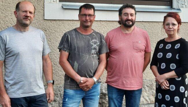 """Michael Vogel (links) ist neuer Vorsitzender von """"Wir für Ellefeld"""", sein Stellvertreter wird Jens Seidel (2. von links). Heike Strauch-Laschewski bleibt Schatzmeisterin, Karsten Bauer (2. v. r.) gibt den Vorsitz ab."""