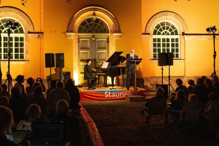 """Die """"Balladen unter Sternen"""" mit Pascal Kaufmann (Klavier) und Jörg Einert (Sprecher) im Kirchpark vor der Stadtkirche hatte 2019 mehr als 400 Gäste angelockt. Dieses Jahr heißt es """"Soirée mit 1000 Kerzen""""."""