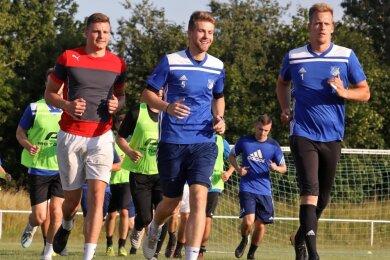 Seit vergangenen Donnerstag arbeiten die Fußballer des VfB Empor Glauchau (im Bild von links: Zugang Tom Marven Lang, Tobias Dreiucker und Torwart Tom Seyfarth) an ihrer Form und Fitness.