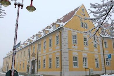Wenn wieder Unterricht im Clara-Wieck-Gymnasium stattfindet, stehen die Zeichen auf Frieren: Lehrer sollen häufiger Fenster öffnen, um das radioaktive Edelgas entweichen zu lassen.