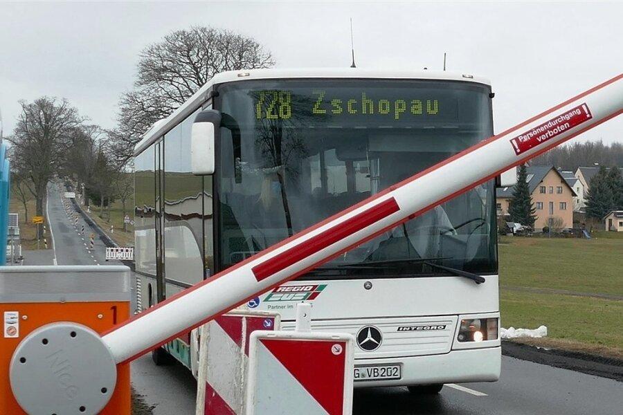Lediglich Linienbusse dürfen die Baustelle passieren. Möglich wird das dank einer Schranke, die von den Fahrern per Fernbedienung geöffnet werden kann.