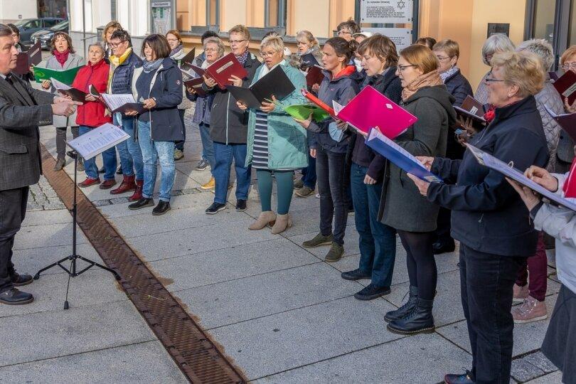Reichenbacher Frauenchor probt im Freien für Weihnachten